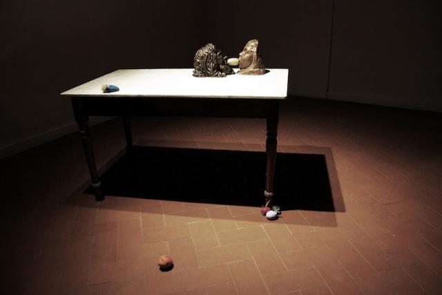 Michelangelo Consani, DAVID (VERROCCHIO) E LA PATATA: The Caspian Depression. And a One Straw Revolution tavolo, marmo, gesso, patate, colore acrilico, dimensioni variabili, 2013