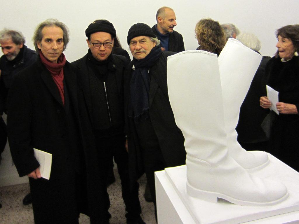 Janis Kounellis, in una foto dell'inaugurazione della mostra di Felice Levini, con lui, Felice Levini e H.H.Lim, Roma, 2 febbraio 2017