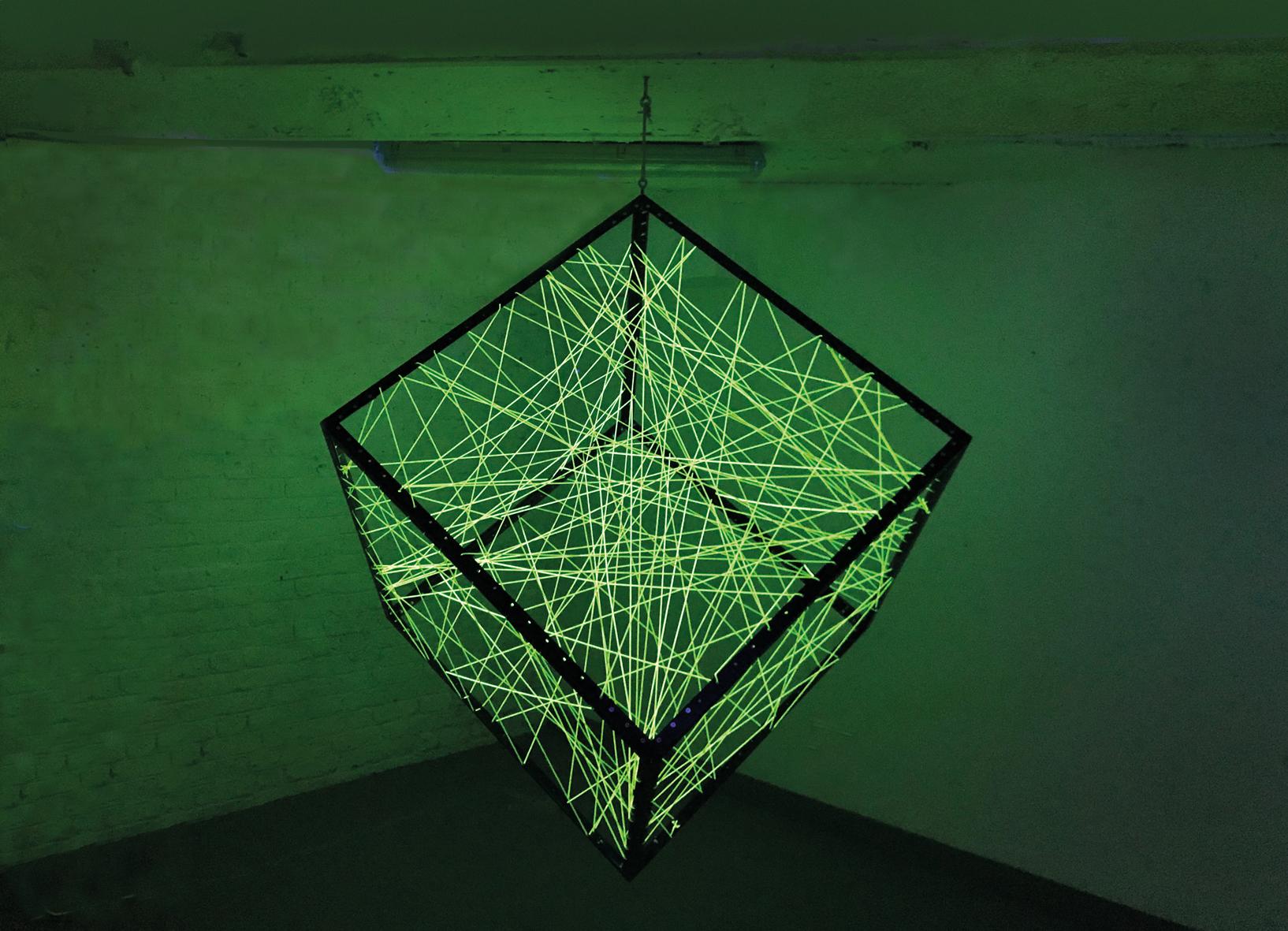 Johannes Pfeiffer, Un metre cube de communication, 2017. Profilo di ferro, filo elastico fluorescente, lampade di Wood.