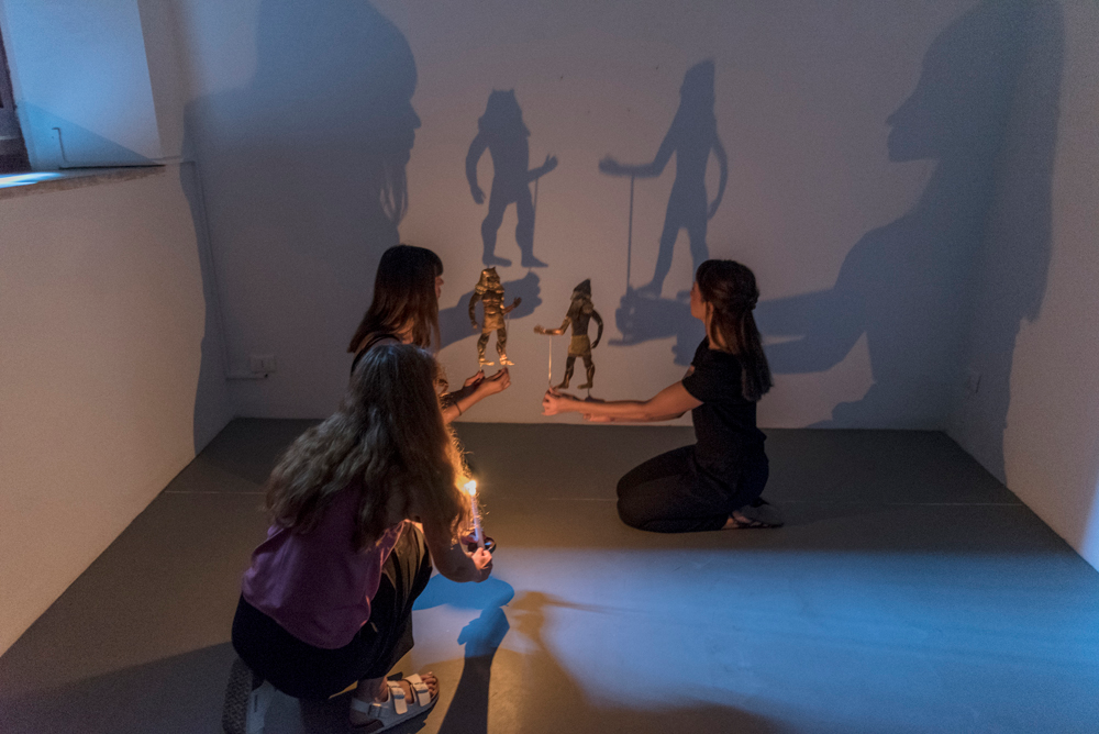 Chiara Camoni, [ ] noi n[on] m[ori]re[mo], Enkidu e Gilgamesh, sagome per teatro delle ombre, 2018, performance, at SpazioA, Pistoia