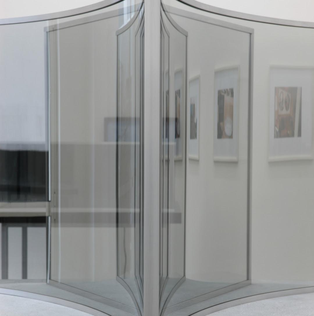 Dan Graham, Half Square/Half Crazy, 2004, two-way mirror, steel, wood, 42×95×95 cm