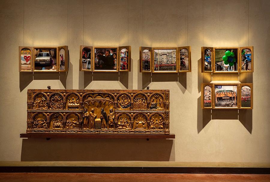 Chiara Dynys - Foto del ciclo Sabra - Sabra Beauty Everywhere 2012 - Legno dorato, fotografie su plexiglass - cm 50 x 100 x 10 Collezione Volker W. Feierabend, Milano photo credits: Paolo Vandrasch