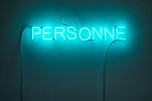 M.A. Del Vecchio, Personne (2), 2019, luce al neon_ neon light, cm 10x70_© Danilo Donzelli Photography