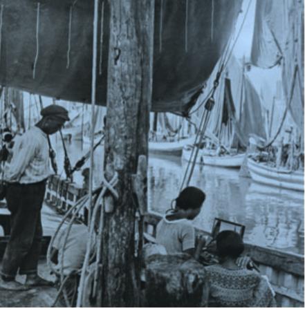 Mimi Buzzacchi Quilici intenta a dipingere in un porto-canale intorno al 1925. Fotografia di Agostino Lelli-Mami, Cesenatico