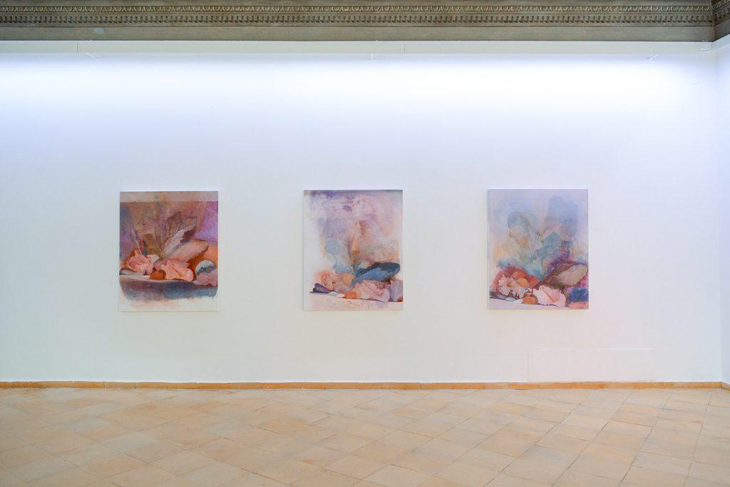Polys Peslikas, Of familiarity, 2020. Trittico, olio su tela montato su legno, cm 95 x 115 x 5 ognuno. Foto Roberto Sala - courtesy Vistamare, Pescara