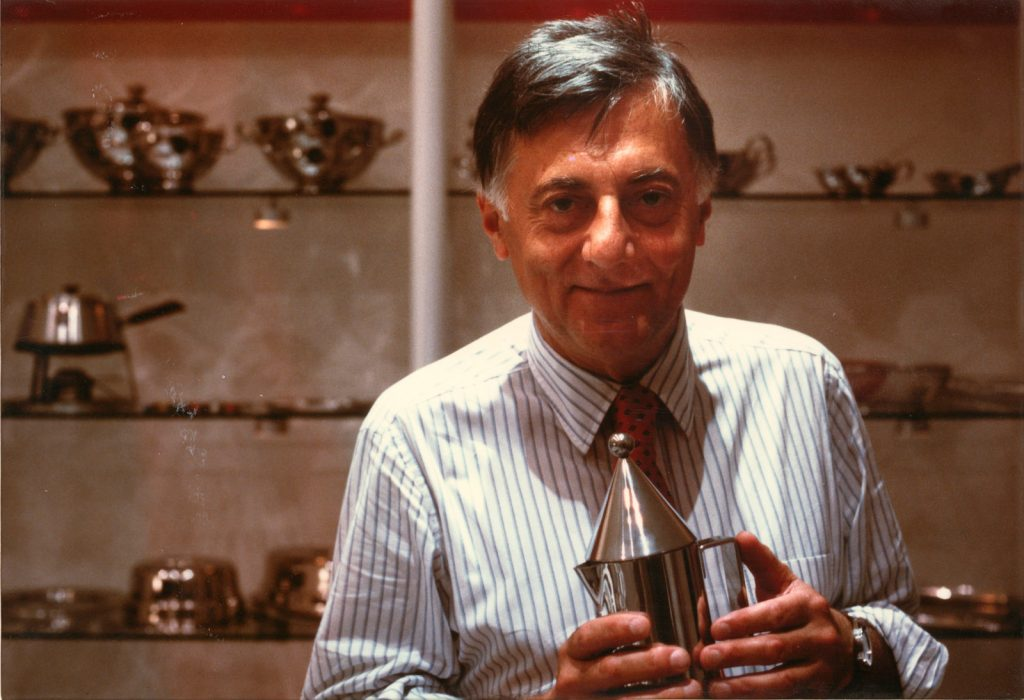Aldo Rossi con la caffettiera La Conica, senza data. courtesy Fondazione MAXXI